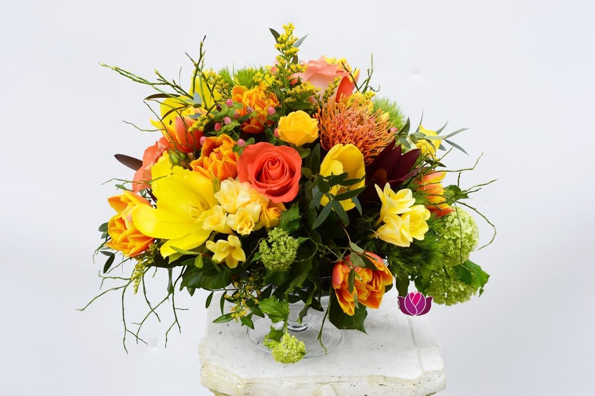Aranjament Floral De Masa Cu Lalele Si Frezii Flowers Garden