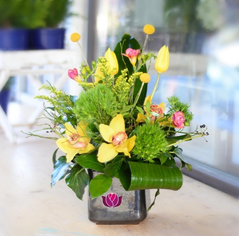 Aranjament Floral Corporate Cu Lalele Si Frezii Flowers Garden