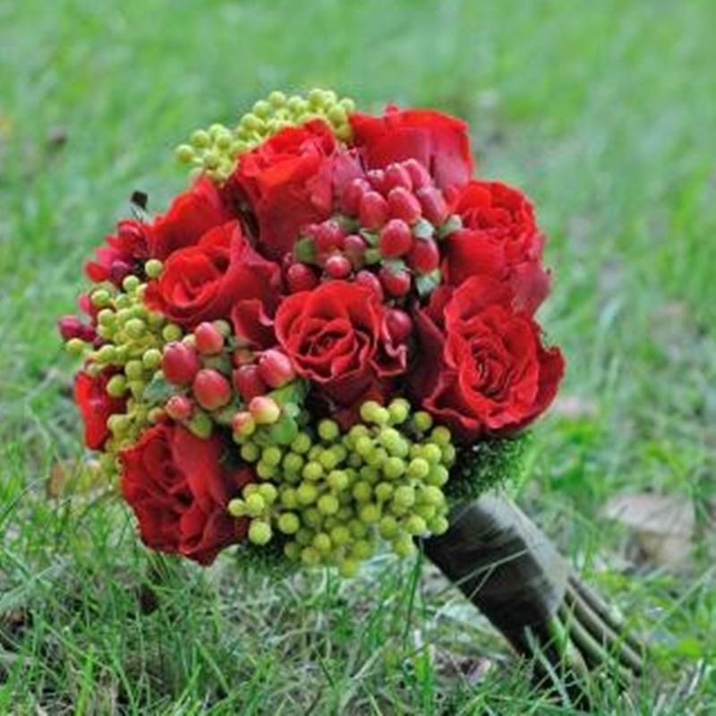 Buchet Cu Trandafiri Rosii Si Hypericum Flowers Garden